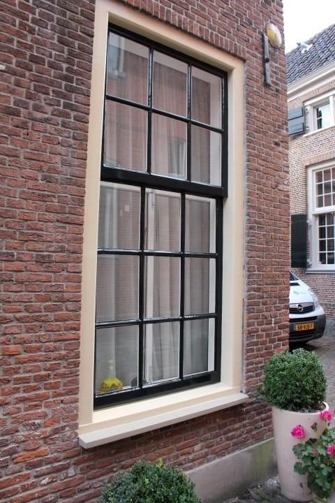 Foto van een raamkozijn in Voorburg die hersteld is door Schildersbedrijf de Groot